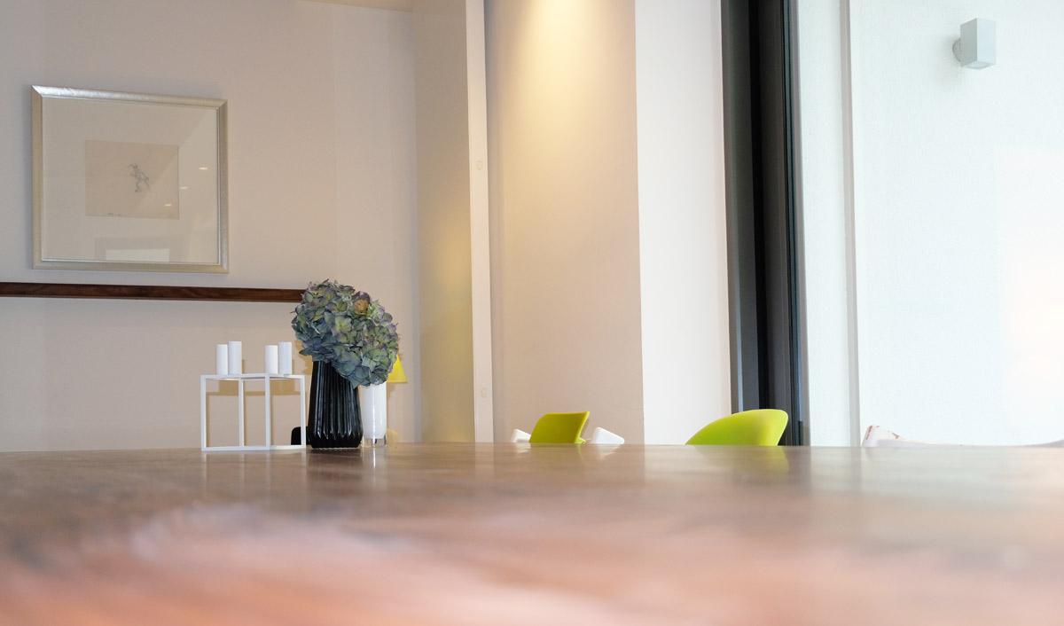 der esstisch von familie dietz ist ein echter kawentsmann. Black Bedroom Furniture Sets. Home Design Ideas