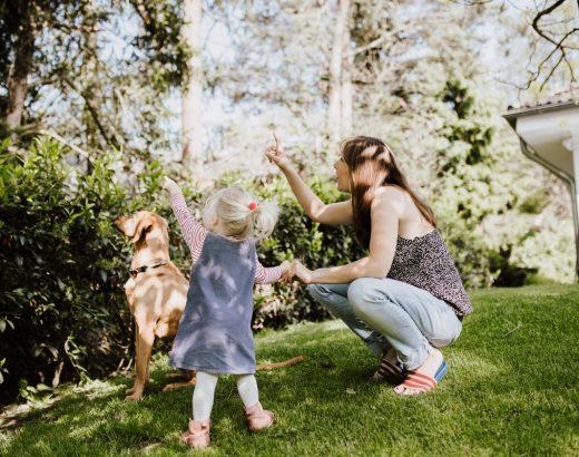 Shari Dietz mit ihrer jüngsten Tochter und Hund Barney im Garten.