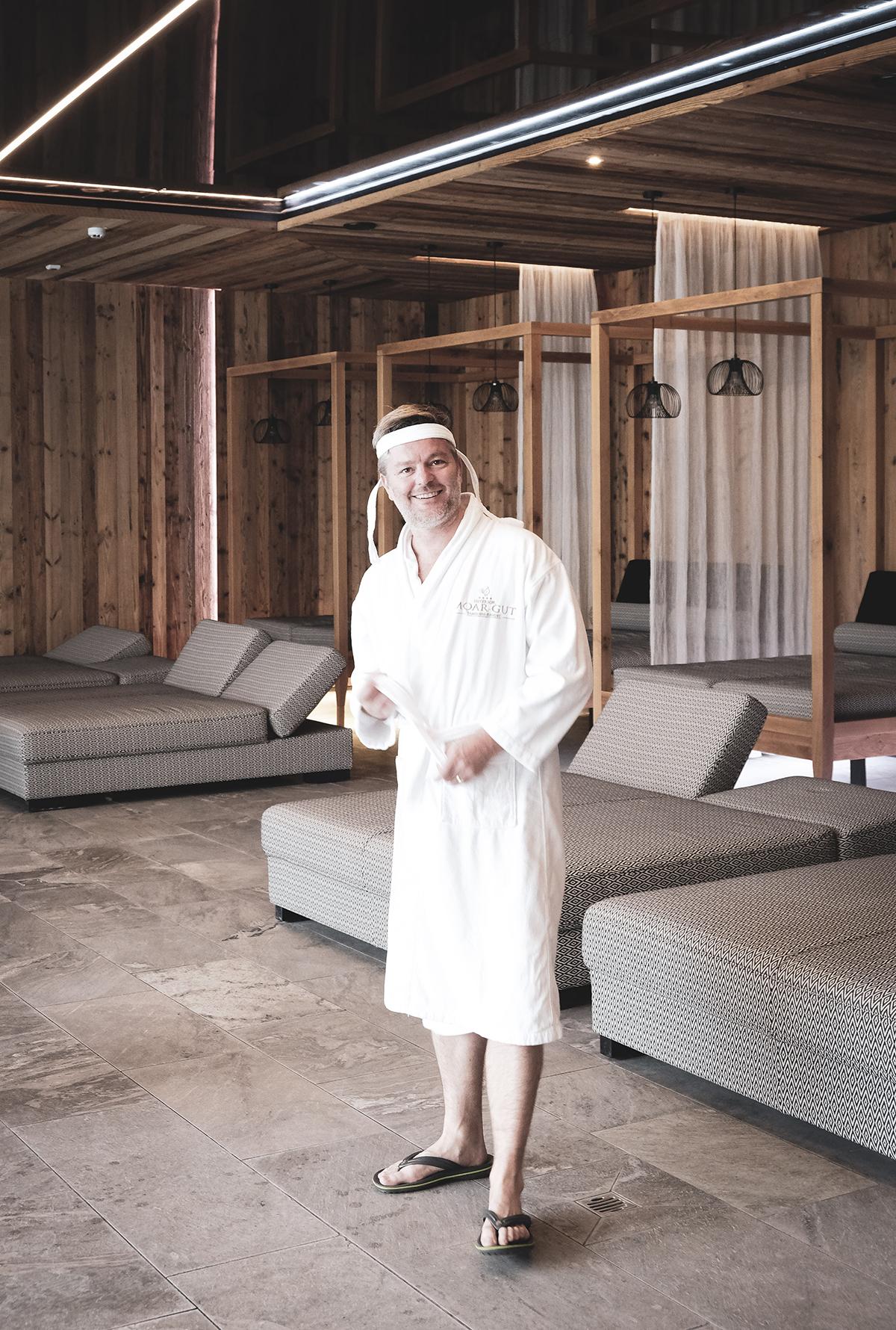 André Dietz im Bademantel im Moar Gut.