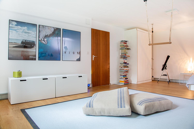 Große Fotos und ein farblich passender Teppich in grau von tretford im neuen Jugendzimmer.