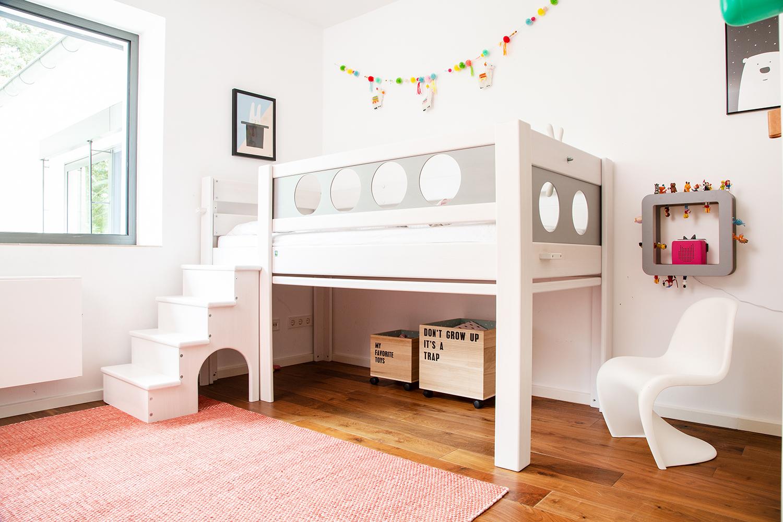 Piratenbett De Breuyn in grau mit HAY Teppich im Kinderzimmer.