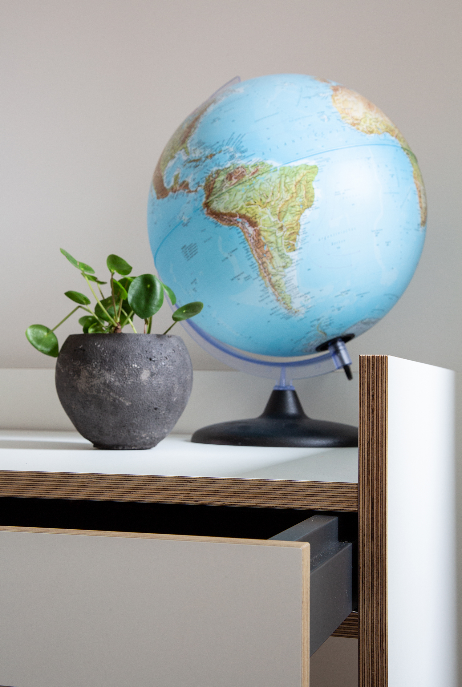Ein Globus auf dem Flai Schreibtisch von Mueller Möbel.