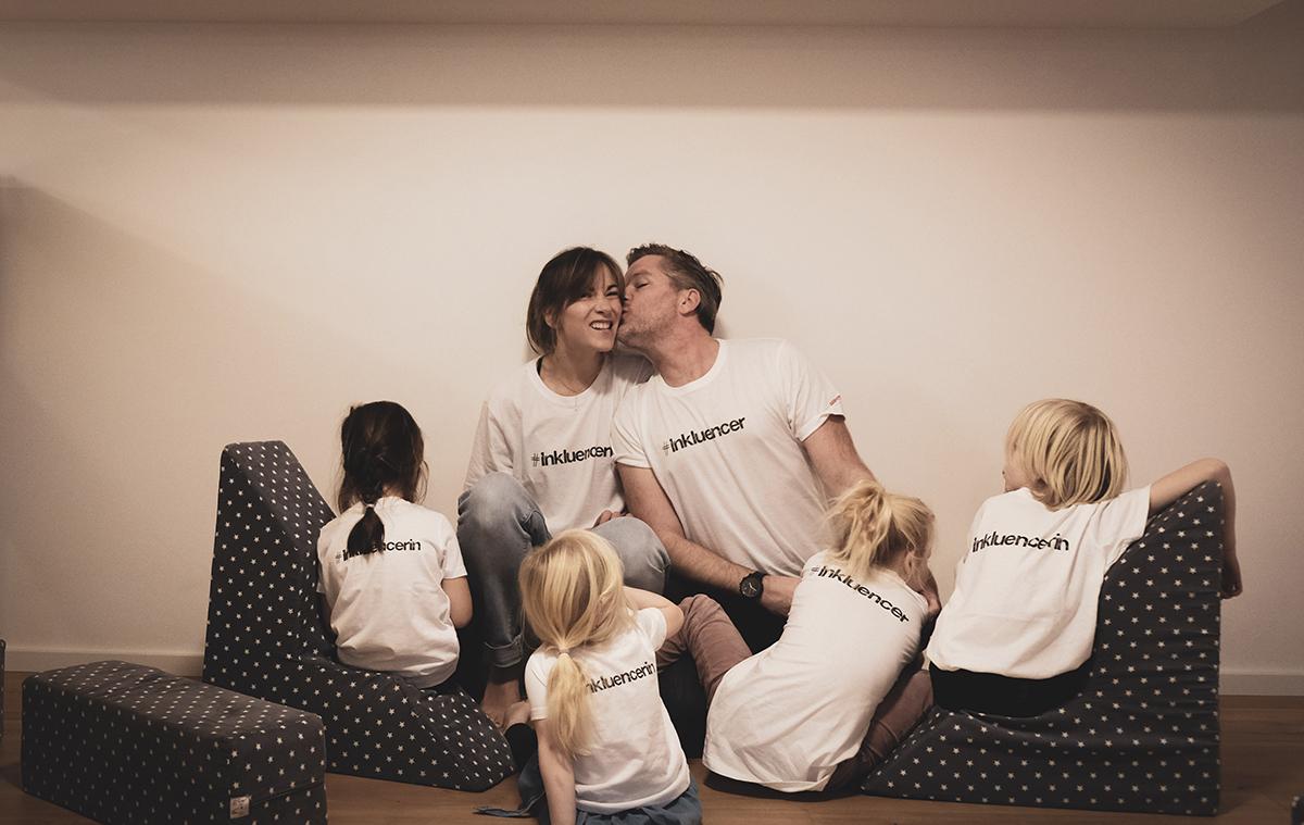 Familie Dietz trägt T-Shirt mit der Aufschrift Inkluencer von Aktion Mensch